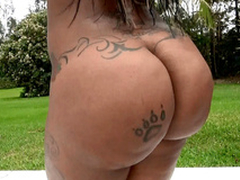 Diamond Monroe window-dressing her 46 wriggle ass outdoor